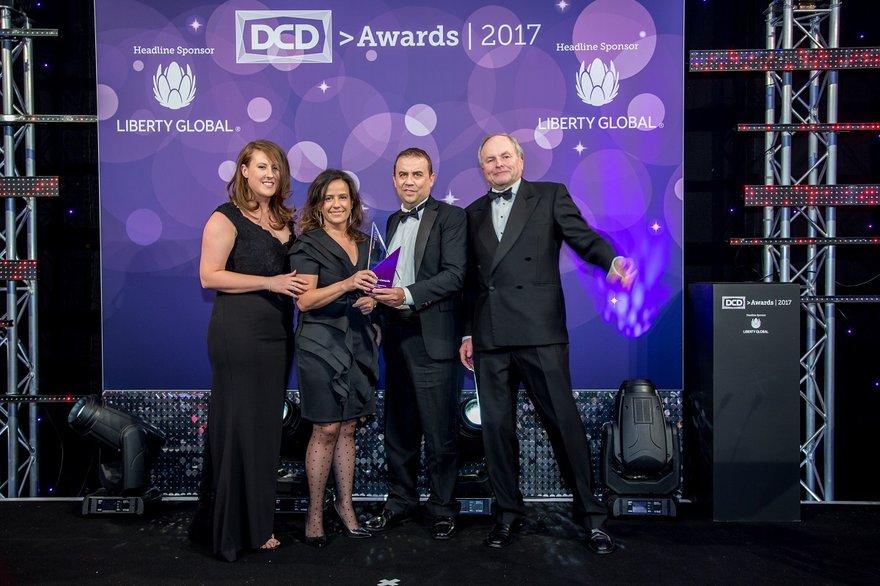 El equipo de Indra recibe la estatuilla en los DCD Awards
